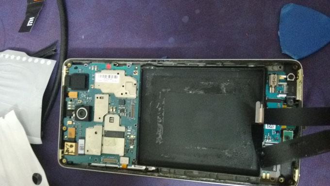 拆掉电池的电池仓